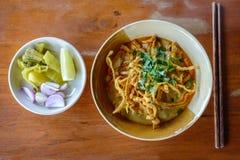 Soupe thaïlandaise à cari de nouille avec du porc sur la table en bois Photo stock
