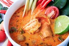 Soupe thaïlandaise à crevette rose avec le schénanthe (Tom Yum Goong) sur le fond blanc photographie stock libre de droits