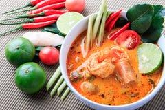 Soupe thaïlandaise à crevette rose avec le schénanthe (Tom Yum Goong) sur le fond de tissu de Brown image stock
