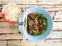 Soupe thaïlandaise à espace libre de style avec le sang et le riz de porc congelé Photo libre de droits