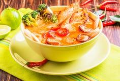 Soupe thaïlandaise à Tom Kha avec le poulet Photo stock