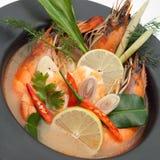 Soupe thaïlandaise épicée à fruits de mer de goong de Tom yum dans la cuvette Image stock