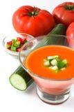Soupe traditionnelle et ingrédients froids espagnols à gazpacho d'isolement Photos stock