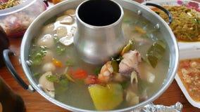Soupe traditionnelle thaïlandaise Tom Yam à espace libre de nourriture Image stock