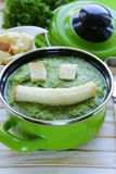 Soupe végétale à crème de brocoli avec les croûtons blancs Photo stock