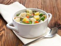Soupe végétarienne à régime délicieux sur la table Image stock