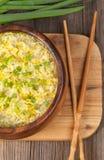 Soupe végétarienne chaude à baisse d'oeufs avec le noodlein d'amidon Photographie stock libre de droits