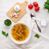 Soupe végétarienne diététique végétale à ressort sain, b en bois blanc photo libre de droits