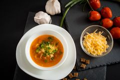 Soupe végétarienne faite maison à crème de tomate dans la cuvette blanche sur la table en bois Image stock