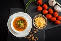 Soupe végétarienne faite maison à crème de tomate dans la cuvette blanche sur la table en bois Images stock