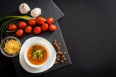Soupe végétarienne faite maison à crème de tomate dans la cuvette blanche sur la table en bois Images libres de droits