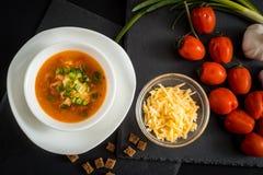 Soupe végétarienne faite maison à crème de tomate dans la cuvette blanche sur la table en bois Photo libre de droits
