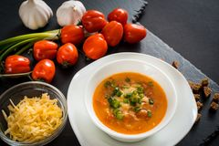 Soupe végétarienne faite maison à crème de tomate dans la cuvette blanche sur la table en bois Image libre de droits