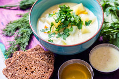 Soupe végétarienne faite maison avec la pomme de terre, carottes, poivre avec l'obscurité Image stock