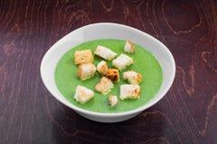 Soupe végétarienne saine verte images stock