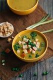 Soupe végétarienne sur la table Photo stock