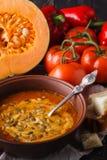 Soupe vegaterian traditionnelle à potiron avec la graine dans la cuvette Photos stock