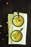 Soupe verte à gazpacho dans des tasses d'émail Photo stock