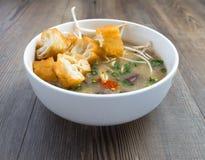 Soupe vietnamienne à organe de porc ou soupe à abats photos stock