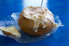 Soupe volumineuse à ragout de fruits de mer dans le bol de pain de levain Photographie stock libre de droits