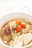 SoupIn a d'eggonionPork de Chickenboiled noodlesGrilled par instant Image libre de droits