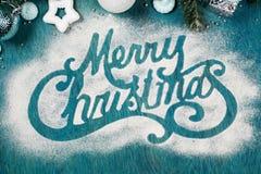 Soupir de Joyeux Noël fait en poudre de sucre sur le fond bleu photographie stock
