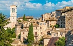 Soupir panoramique à Assisi avec la tour de cloche de Peter Abbey de saint l'Ombrie, Italie image stock