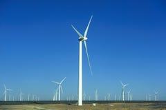 Source d'énergie neuve des moulins à vent d'énergie éolienne Images stock