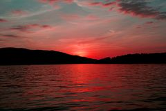 Source dans le coucher du soleil Image libre de droits