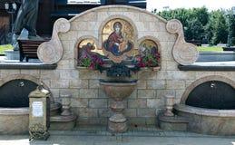 Source de l'eau sainte dans la cour du temple de tout le saint Image libre de droits
