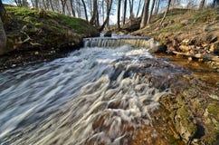 Source en cascade à écriture ligne par ligne supérieure de fleuve de Skanstupite Image stock