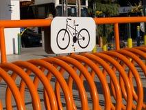 Source en métal de stationnement de bicyclette images stock