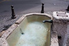 Source publique d'eau potable propre à Genève image libre de droits