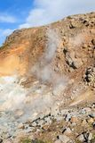source thermale à la pente de colline dans la région de Krysuvik, l'Islande Images libres de droits