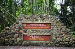 Source thermale étudiante à fond, Sabah, Malaisie Photos stock