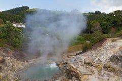 Source thermale entourée par le terrain volcanique et le paysage montagneux dans Furnas, les Açores, Portugal photo libre de droits