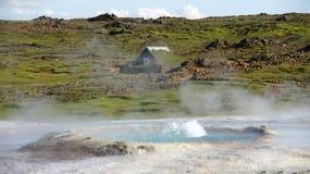 Source thermale et maison de Hveravelir Photo stock
