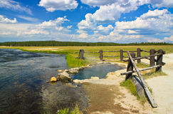 Source thermale par le fleuve, Yellowstone, Wyoming Photo libre de droits