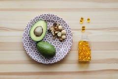 Sources des graisses : avocats, écrous, complexe omega-3 Image stock