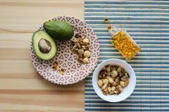 Sources des graisses : avocats, écrous, complexe omega-3 Images libres de droits