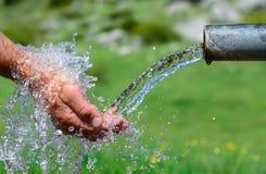 sources potables fraîches et d'eau propre photographie stock