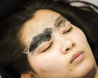 Sourcil de maquillage tatouant, visage assez asiatique de femme photos libres de droits