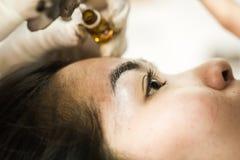 Sourcil de maquillage tatouant, visage assez asiatique de femme image libre de droits
