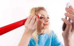 Sourcils de peinture de femme utilisant le crayon régulier photos libres de droits