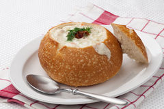 Milczek gęsta zupa rybna w Chlebowym pucharze Fotografia Royalty Free