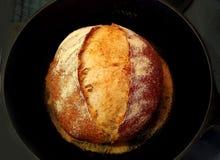 Sourdough chleb w czarnej niecce Zdjęcia Royalty Free