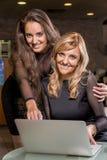 souriant deux femmes Images libres de droits