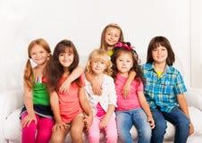 Souriant et étreignant des enfants Photos libres de droits