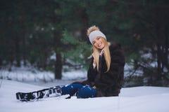 Souriant, jeune fille heureuse marchant dans la forêt d'hiver Photos stock