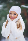 Souriant, jeune fille heureuse marchant dans la forêt d'hiver Image stock